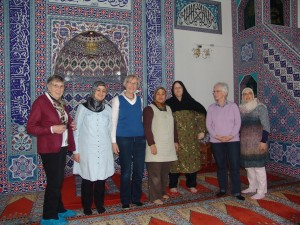 Ein Teil des Christlich-Islamischen Frauenkreises in der DITIB-Moschee in Münster. (Foto: C. Behr)