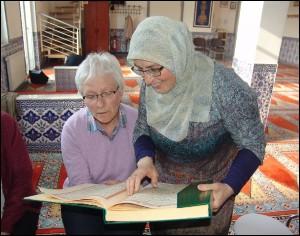 """""""Am Kostbarsten ist der Austausch über unsere Lieblingsstellen in Bibel und Koran."""" (Foto: C. Behr)"""