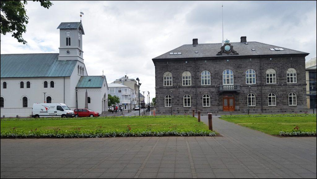 Alte Domkirche (links) und das Parlamentsgebäude in Reykjavik. - Foto: (c) Joachim Schwind
