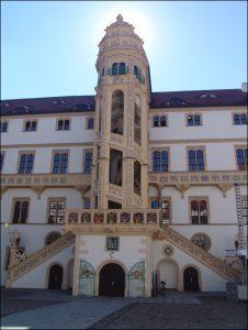 """Schloss Hartenfels in Torgau mit dem """"Wendelstein"""", einer spiralförmige Steintreppe ohne tragende Mittelsäule."""